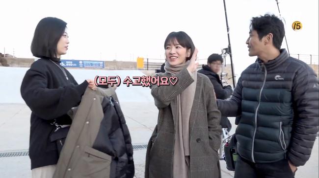 Song Hye Kyo trong hậu trường mà cũng tình tứ với trai trẻ thế này, bảo sao fan không gọi tên Song Joong Ki - Ảnh 8.