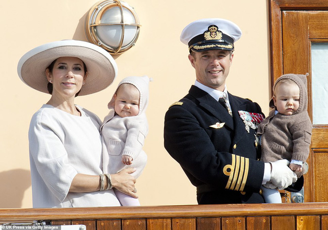 Hai bé sinh đôi Hoàng gia Đan Mạch gây sốt với vẻ đẹp lung linh khiến George và Charlotte nước Anh cũng bị lu mờ - Ảnh 2.