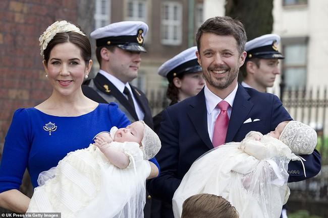 Hai bé sinh đôi Hoàng gia Đan Mạch gây sốt với vẻ đẹp lung linh khiến George và Charlotte nước Anh cũng bị lu mờ - Ảnh 1.