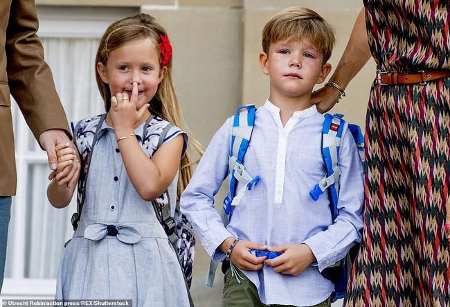 Hai bé sinh đôi Hoàng gia Đan Mạch gây sốt với vẻ đẹp lung linh khiến George và Charlotte nước Anh cũng bị lu mờ - Ảnh 5.