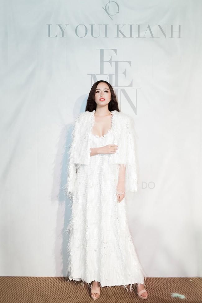 """Jamie Chua 45 tuổi vẫn khoe vòng 1 căng đầy, Hương Giang mang """"dải ngân hà"""" lên tóc khoe sắc trên thảm đỏ thời trang - Ảnh 8."""