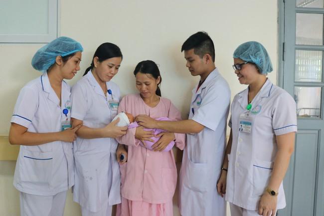 Chưa đến 30 phút, các bác sĩ dốc sức cấp cứu thành công cho một sản phụ mang thai ngôi ngược đến viện muộn - Ảnh 1.