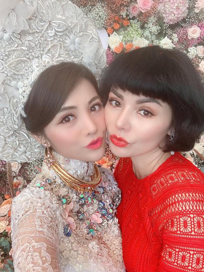 Choáng trước ngày ăn hỏi của Rich kid Hà Nội: Cô dâu vàng đeo đầy người, hoa tươi tràn ngập, đáng chú ý nhất là lời tiết lộ về xuất xứ của hoa trong buổi lễ - Ảnh 2.