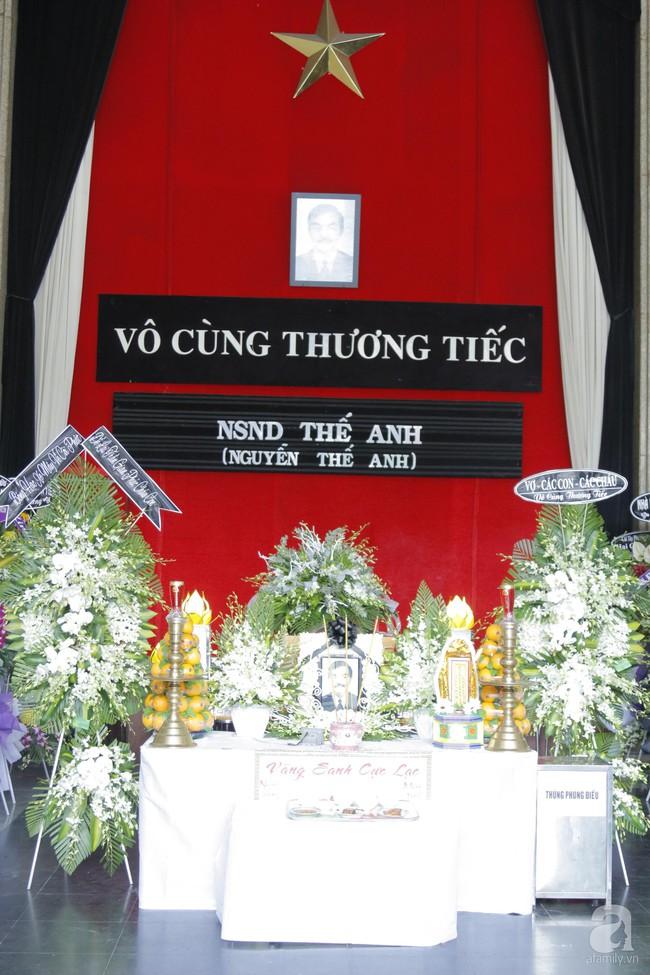 Đám tang NSND Thế Anh: NSND Trung Anh cùng dàn nghệ sĩ gạo cội Hà Nội có mặt từ sớm tại nhà tang lễ - Ảnh 2.