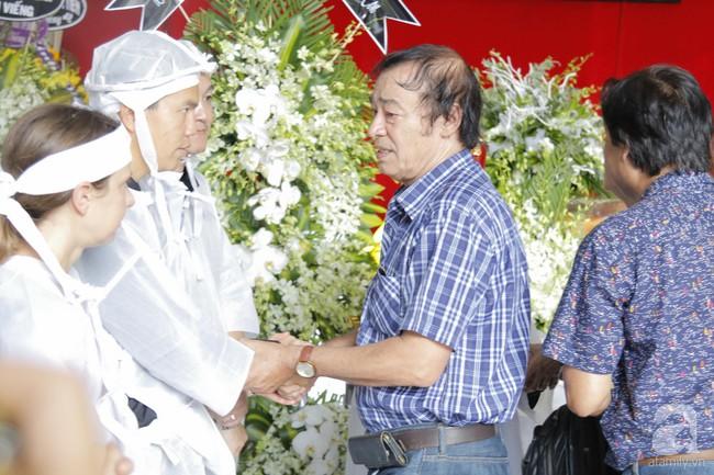 Đám tang NSND Thế Anh: NSND Trung Anh cùng dàn nghệ sĩ gạo cội Hà Nội có mặt từ sớm tại nhà tang lễ - Ảnh 6.
