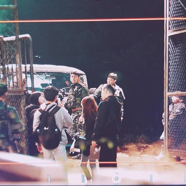 """Lộ tạo hình quân nhân siêu đẹp trai của Hyun Bin trong phim mới đóng cùng với Son Ye Jin: """"Soái"""" thế này ai làm lại anh! - Ảnh 2."""