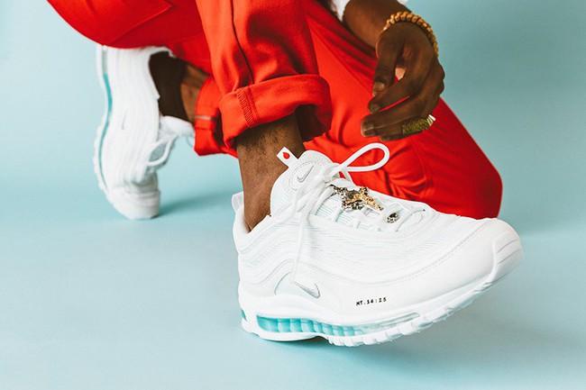 """Đôi giày Nike chứa nước thánh giá 70 triệu đồng """"cháy hàng"""" chỉ sau vài phút mở bán - Ảnh 1."""