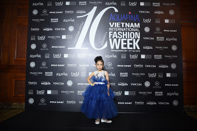 Hoa hậu Hoàn vũ nhí Bảo Anh và mẫu một tay Hà Phương gây ấn tượng ngay trong ngày họp báo Tuần lễ thời trang Việt Nam 2019 - Ảnh 3.