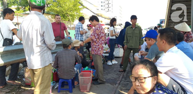 Hà Nội: Bệnh nhân bất chấp tính mạng ngồi ăn vặt, trà đá ngay trên đường tàu trước cổng bệnh viện  - Ảnh 1.