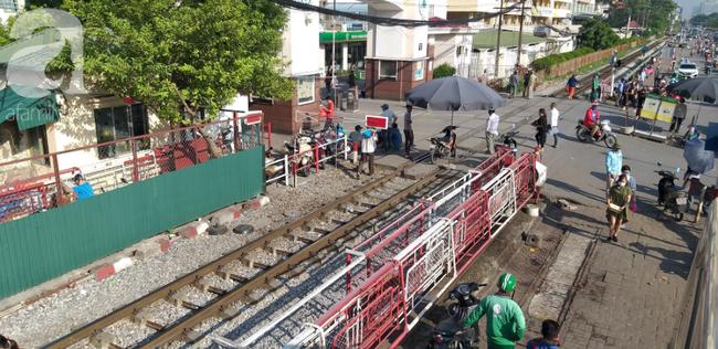 Hà Nội: Bệnh nhân bất chấp tính mạng ngồi ăn vặt, trà đá ngay trên đường tàu trước cổng bệnh viện  - Ảnh 3.