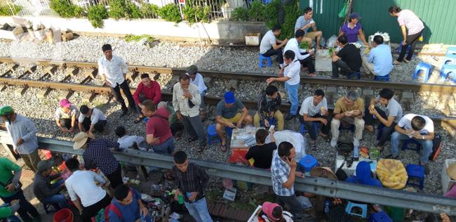 Hà Nội: Bệnh nhân bất chấp tính mạng ngồi ăn vặt, trà đá ngay trên đường tàu trước cổng bệnh viện  - Ảnh 4.