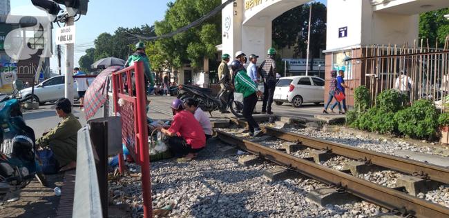 Hà Nội: Bệnh nhân bất chấp tính mạng ngồi ăn vặt, trà đá ngay trên đường tàu trước cổng bệnh viện  - Ảnh 5.
