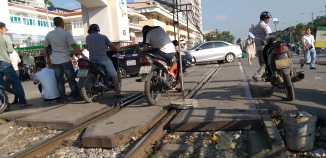 Hà Nội: Bệnh nhân bất chấp tính mạng ngồi ăn vặt, trà đá ngay trên đường tàu trước cổng bệnh viện  - Ảnh 6.