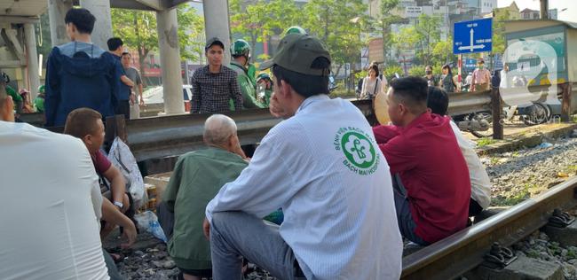 Hà Nội: Bệnh nhân bất chấp tính mạng ngồi ăn vặt, trà đá ngay trên đường tàu trước cổng bệnh viện  - Ảnh 7.