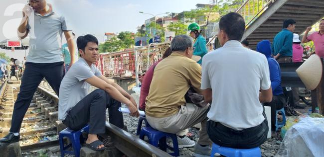 Hà Nội: Bệnh nhân bất chấp tính mạng ngồi ăn vặt, trà đá ngay trên đường tàu trước cổng bệnh viện  - Ảnh 8.
