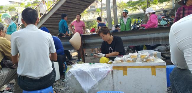Hà Nội: Bệnh nhân bất chấp tính mạng ngồi ăn vặt, trà đá ngay trên đường tàu trước cổng bệnh viện  - Ảnh 9.