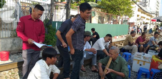 Hà Nội: Bệnh nhân bất chấp tính mạng ngồi ăn vặt, trà đá ngay trên đường tàu trước cổng bệnh viện  - Ảnh 10.