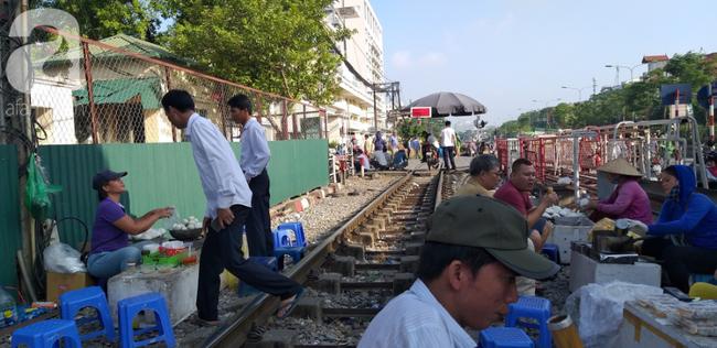 Hà Nội: Bệnh nhân bất chấp tính mạng ngồi ăn vặt, trà đá ngay trên đường tàu trước cổng bệnh viện  - Ảnh 11.