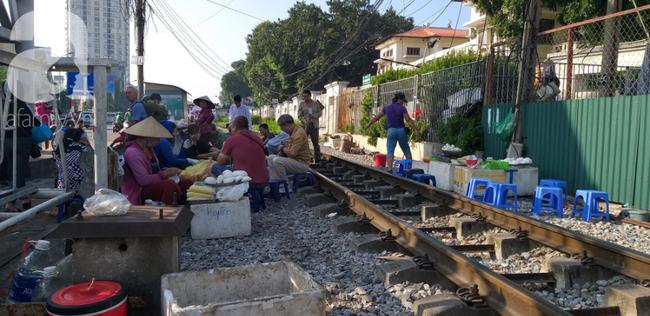 Hà Nội: Bệnh nhân bất chấp tính mạng ngồi ăn vặt, trà đá ngay trên đường tàu trước cổng bệnh viện  - Ảnh 12.
