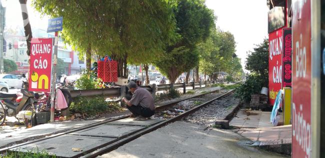 Hà Nội: Bệnh nhân bất chấp tính mạng ngồi ăn vặt, trà đá ngay trên đường tàu trước cổng bệnh viện  - Ảnh 13.
