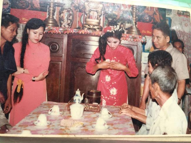 Đám cưới 25 năm trước của cô gái Đồng Tháp: Lấy anh hàng xóm vì được tặng trứng vịt mỗi ngày, thay đến 6 cái váy lộng lẫy - Ảnh 2.