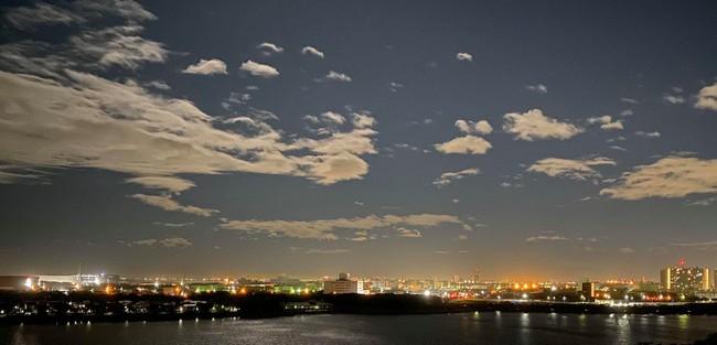 Trái ngược với bầu trời tím dự báo điềm dữ trước khi Hagibis đổ bộ, dân Nhật hứng khởi với cảnh quang đãng, trăng sáng rực khi siêu bão đi qua - Ảnh 3.