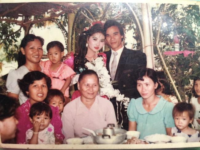 Đám cưới 25 năm trước của cô gái Đồng Tháp: Lấy anh hàng xóm vì được tặng trứng vịt mỗi ngày, thay đến 6 cái váy lộng lẫy - Ảnh 9.