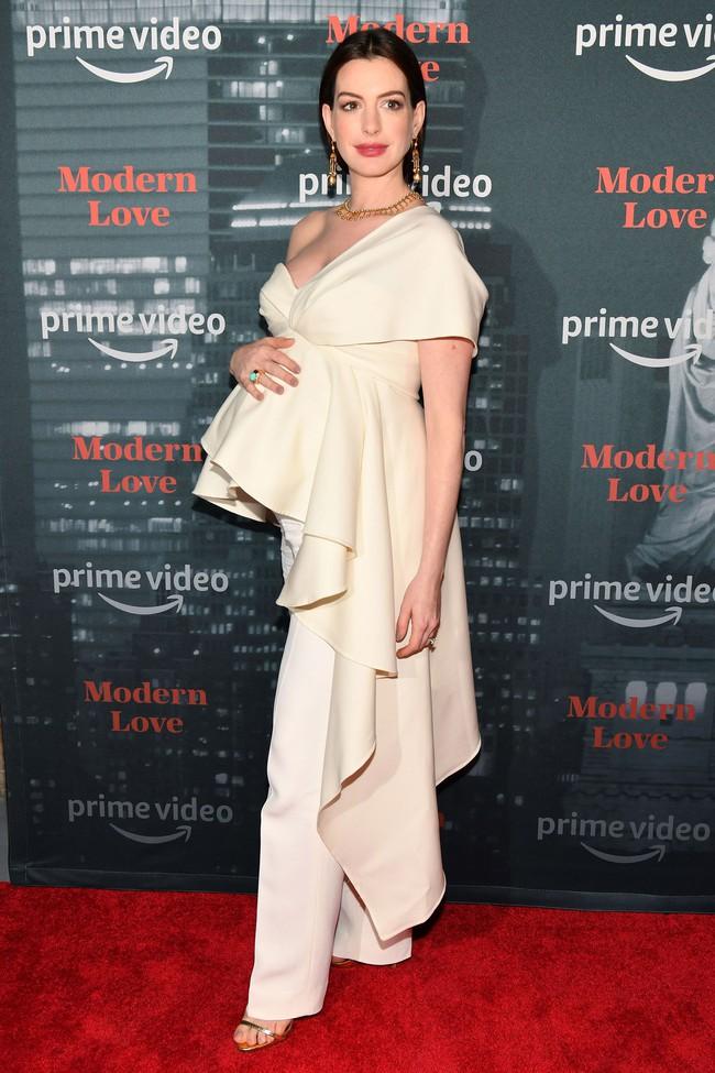 Muốn lịm đi trước hình ảnh mới nhất của Anne Hathaway: Nhan sắc đỉnh cao, style quý tộc dù bụng bầu lớn vượt mặt - Ảnh 1.