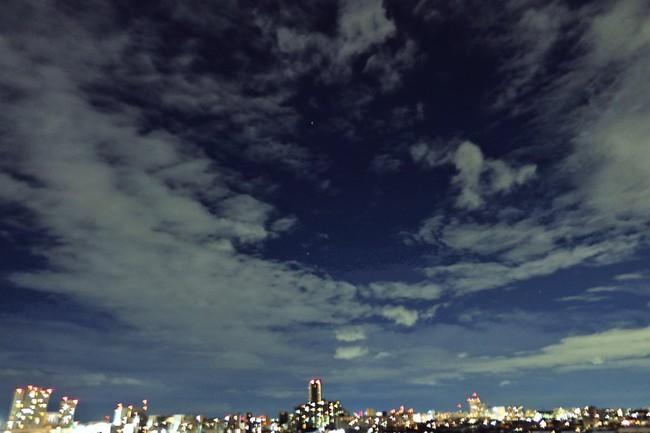 Trái ngược với bầu trời tím dự báo điềm dữ trước khi Hagibis đổ bộ, dân Nhật hứng khởi với cảnh quang đãng, trăng sáng rực khi siêu bão đi qua - Ảnh 4.