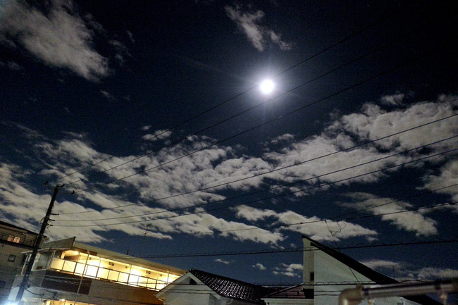 Trái ngược với bầu trời tím dự báo điềm dữ trước khi Hagibis đổ bộ, dân Nhật hứng khởi với cảnh quang đãng, trăng sáng rực khi siêu bão đi qua - Ảnh 2.