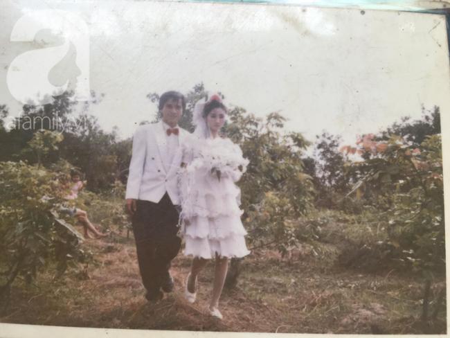 Đám cưới 25 năm trước của cô gái Đồng Tháp: Lấy anh hàng xóm vì được tặng trứng vịt mỗi ngày, thay đến 6 cái váy lộng lẫy - Ảnh 4.