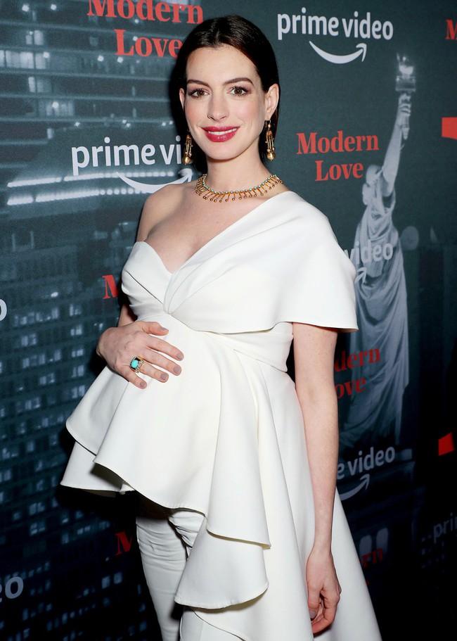 Muốn lịm đi trước hình ảnh mới nhất của Anne Hathaway: Nhan sắc đỉnh cao, style quý tộc dù bụng bầu lớn vượt mặt - Ảnh 2.