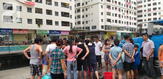 Hà Nội: Cư dân HH Linh Đàm dùng xe đẩy trẻ em tranh thủ đi lấy nước sạch - Ảnh 18.