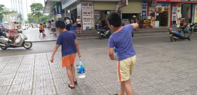 Hà Nội: Cư dân HH Linh Đàm dùng xe đẩy trẻ em tranh thủ đi lấy nước sạch - Ảnh 16.