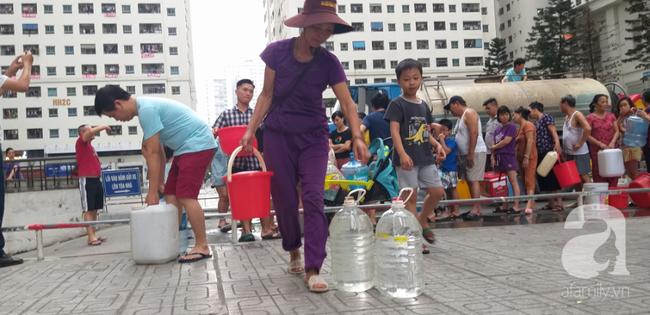 Hà Nội: Cư dân HH Linh Đàm dùng xe đẩy trẻ em tranh thủ đi lấy nước sạch - Ảnh 14.
