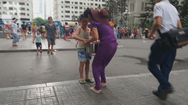 Hà Nội: Cư dân HH Linh Đàm dùng xe đẩy trẻ em tranh thủ đi lấy nước sạch - Ảnh 6.