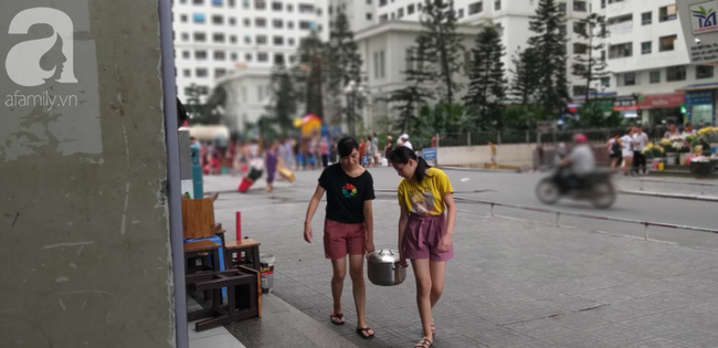 Hà Nội: Cư dân HH Linh Đàm dùng xe đẩy trẻ em tranh thủ đi lấy nước sạch - Ảnh 5.