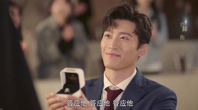 Cận Nhiên cầu hôn Viên Lai dưới sự chứng kiến của bạn học cũ.