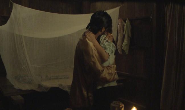"""""""Tiếng sét trong mưa"""": Thanh Bình ngủ với em gái, mẹ kế vẫn lao vào ôm ấp rồi đòi giết cô gái nào lên giường cùng anh - Ảnh 1."""
