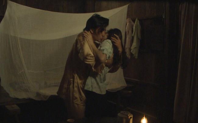"""""""Tiếng sét trong mưa"""": Thanh Bình ngủ với em gái, mẹ kế vẫn lao vào ôm ấp rồi đòi giết cô gái nào lên giường cùng anh - Ảnh 2."""