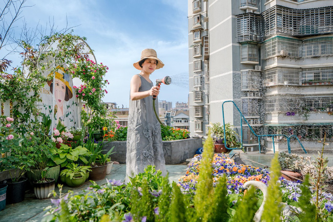Tận dụng mái nhà bỏ hoang, người phụ nữ yêu hoa biến không gian thành khu vườn dịu dàng sắc hoa - Ảnh 4.