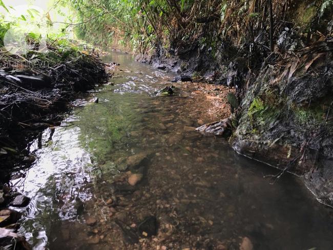 Nguồn nước đi vào khu hồ chứa cho nhà máy nước Sôn Đà