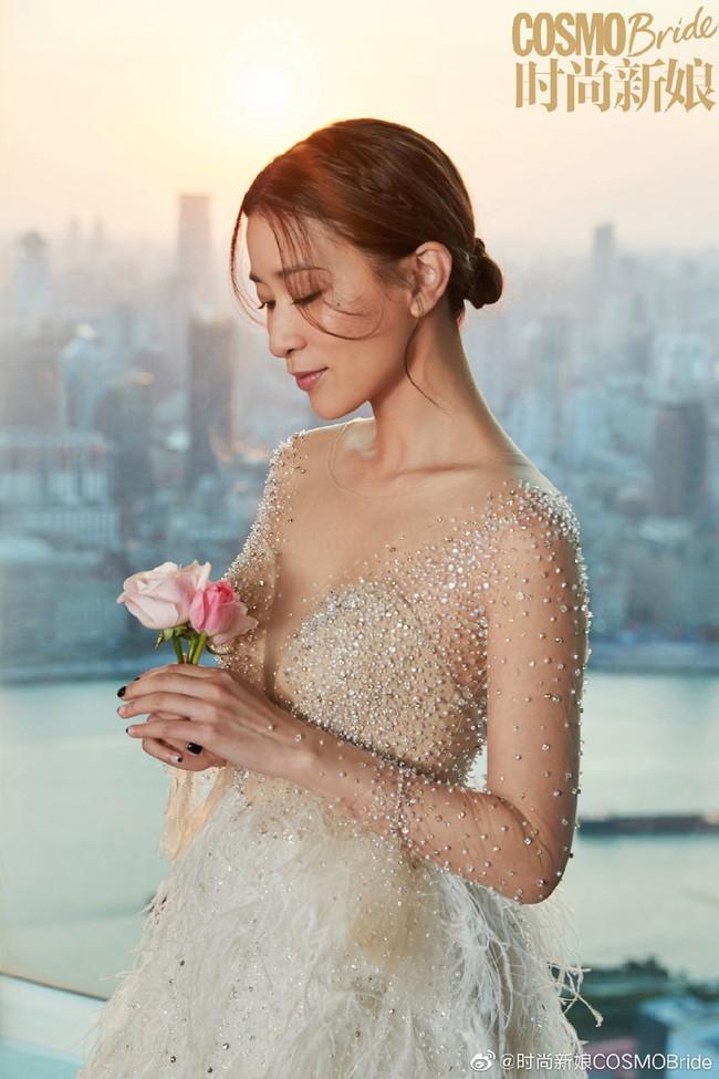 Xa Thi Mạn xinh đẹp trong chiếc áo cưới tinh khôi nhưng không có sự xuất hiện của chú rể, tiết lộ lý do vẫn còn độc thân - Ảnh 1.