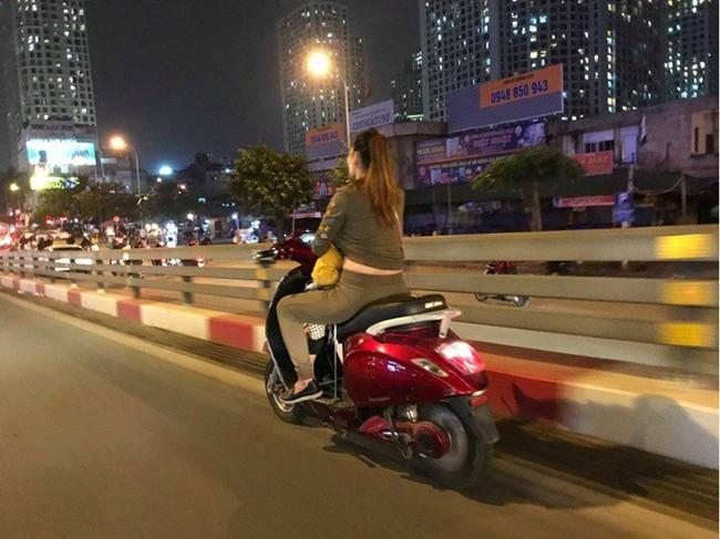 Dân mạng sốc với hình ảnh người phụ nữ vừa đi xe máy vừa ... cho con bú - Ảnh 4.