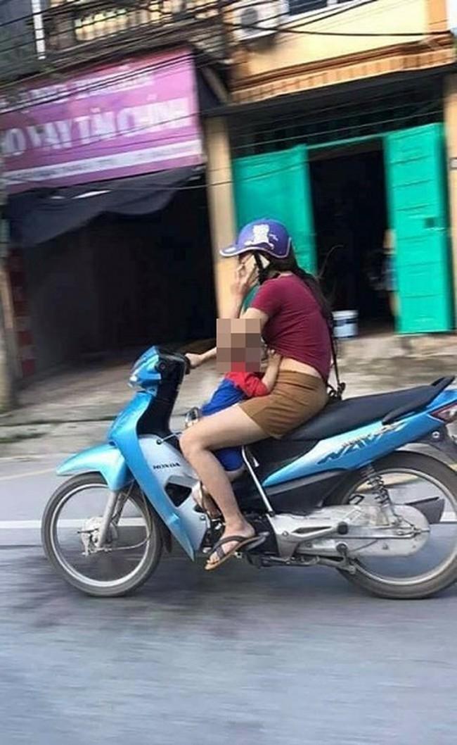 Dân mạng sốc với hình ảnh người phụ nữ vừa đi xe máy vừa... cho con bú - Ảnh 5.