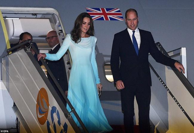 Công nương Kate gợi nhớ đến công nương Diana khi diện bộ trang phục ombre tuyệt đẹp trong sự kiện mới - Ảnh 1.