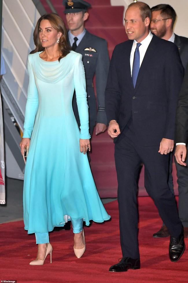 Công nương Kate gợi nhớ đến công nương Diana khi diện bộ trang phục ombre tuyệt đẹp trong sự kiện mới - Ảnh 2.