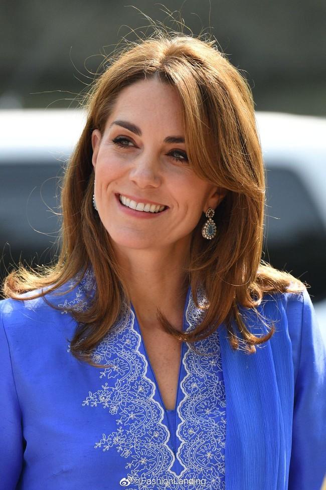 """Công nương Kate gợi nhớ đến """"mẹ chồng"""" Diana khi diện mẫu đầm truyền thống của Pakistan - Ảnh 1."""