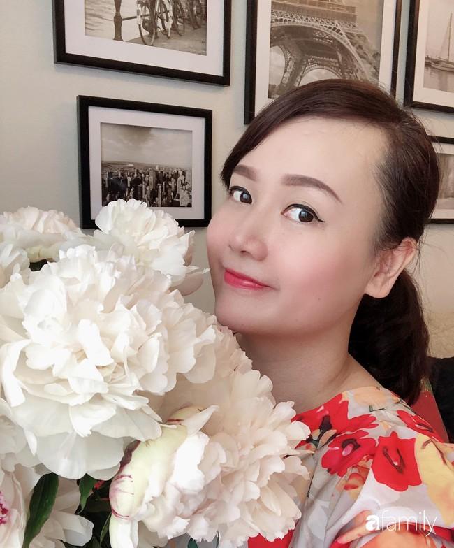 Ngày 20/10 ghé thăm không gian sống quanh năm thơm ngát hương hoa của người phụ nữ Hà Thành - Ảnh 1.
