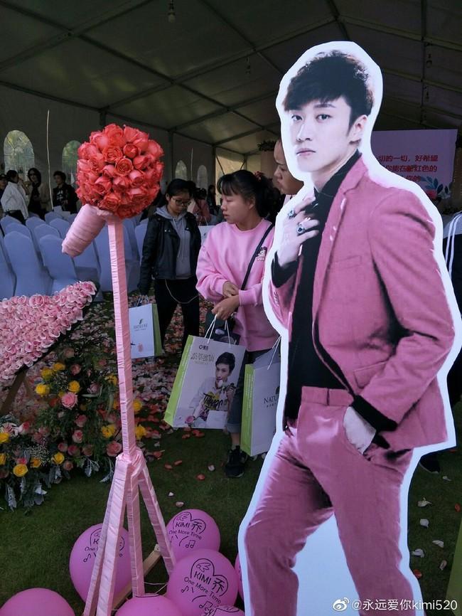 Hành động ý nghĩa của fan Trung trong ngày showbiz châu Á ngập tràn tang thương: Tiệc sinh nhật tuổi 32 màu hồng dành riêng cho tài tử quá cố Kiều Nhậm Lương - Ảnh 2.